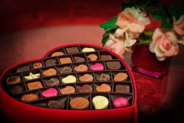 chokolade-hjerte-aeske-blomster
