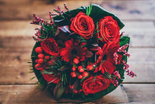 blomster-buket-roede-roser-dekoration-bord