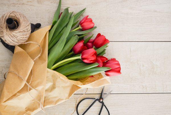 blomster-roede-tulipaner-sejlgarn-buket
